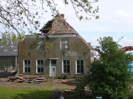 Slopen van boerderij uit 1750 in Klaaswaal